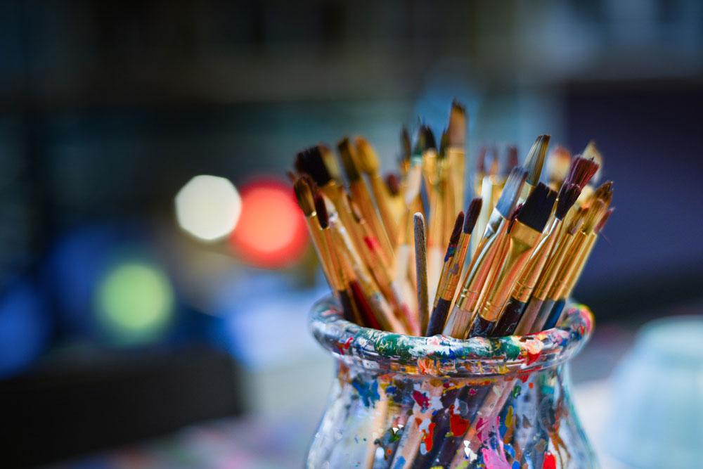 atelier, Jeanne, artiste peintre au style abstrait et coloré. (85) Les Herbiers, Vendée.