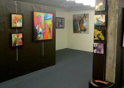 Exposition Le Garage Maison de le presse Les Herbiers, Jeanne, artiste peintre au style abstrait et coloré. (85) Les Herbiers, Vendée.